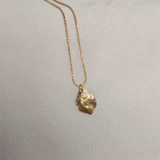 gold flourish necklace